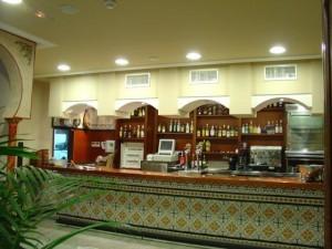 Decoracion en escayola a base de arcos de pladur en techo de barra de cafeteria