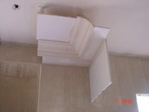 Muestra de cornisa y falso techo y parte plana perimetral
